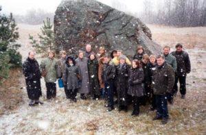 Sueigos dalyviai prie Vištyčio akmens 2002 m.